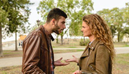 casal mulher e homem brigando discutindo