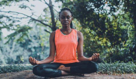 mulher meditando recuperar a autoestima