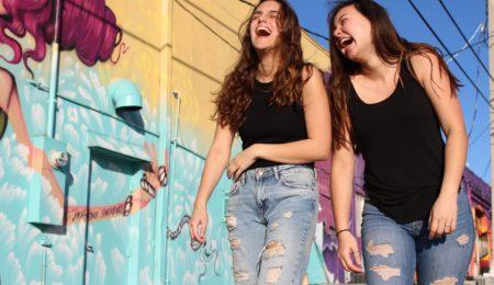 duas meninas amigas rindo