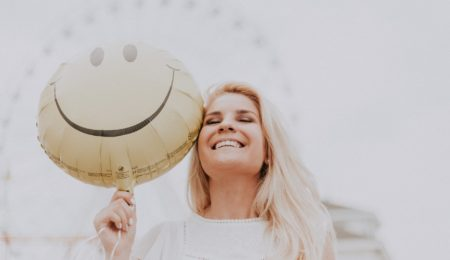 mulher feliz venceu a depressão