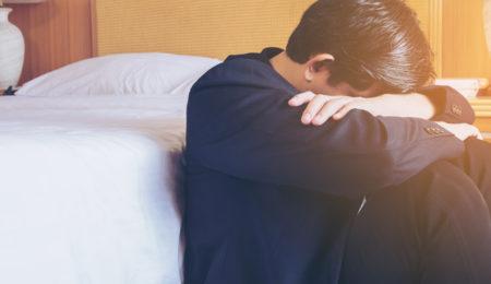 homem sentado triste - depressão refratária