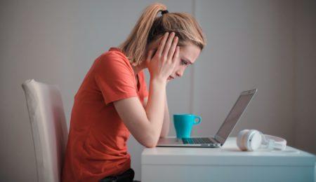 menina mexendo no computador