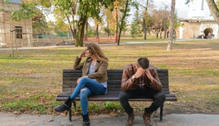 casal discutindo em uma praça