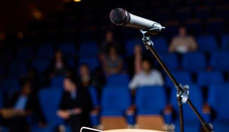 glossofobia - medo de falar em público - microfone e plateia