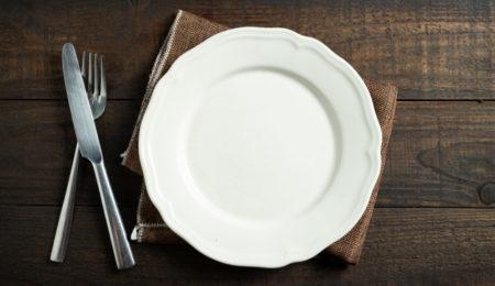 prato vazio de pessoa com distúrbios alimentares