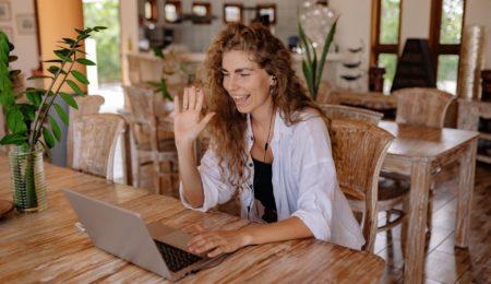 mulher fazendo psicoterapia online