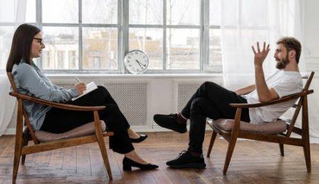 Casal conversando praticando inteligencia emocional