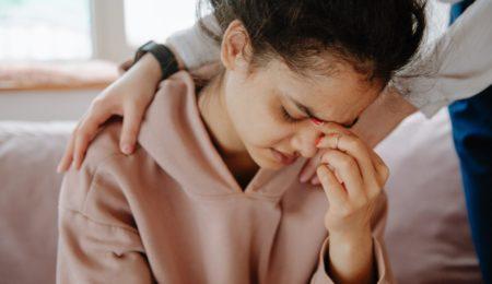 mulher triste, chorando