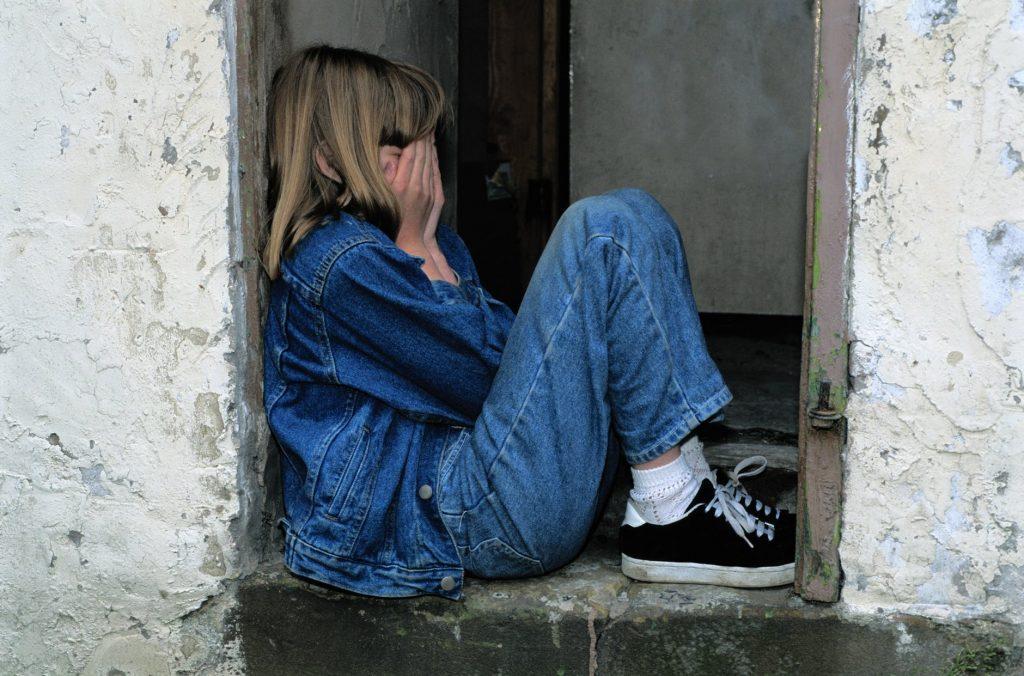 menina sozinha criança com autismo TEA
