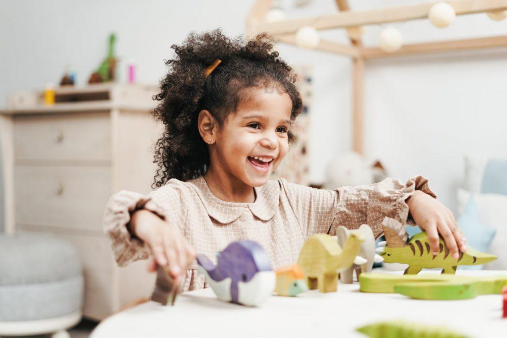criança com autismo brincando com blocos de madeira