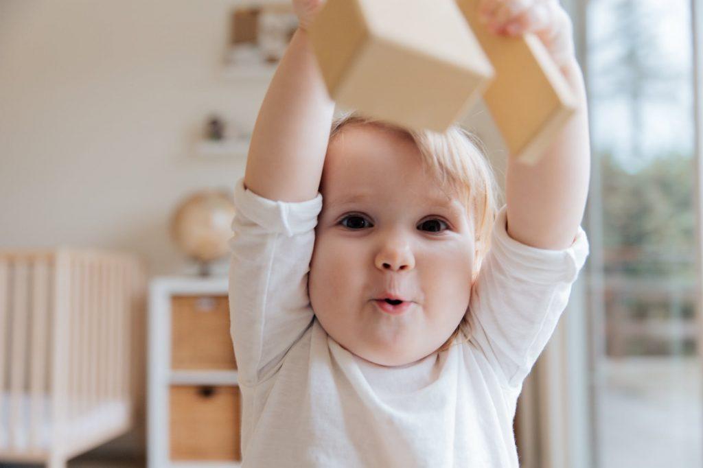 criança brincando com blocos