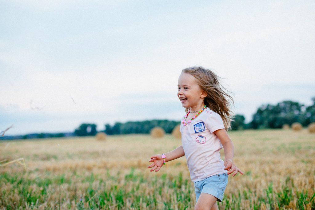 menina feliz criança alegre rindo sentimentos alegria