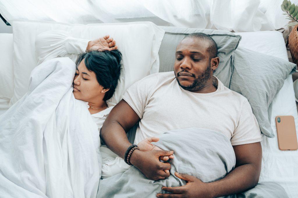 casal dormindo com sono