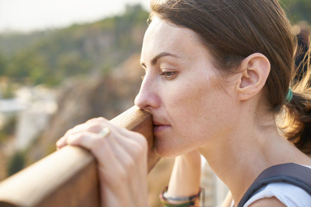 mulher depressiva olhando a vista