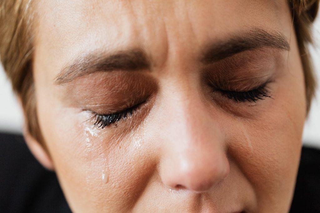 mulher triste chorando com transtorno de estresse pós traumático