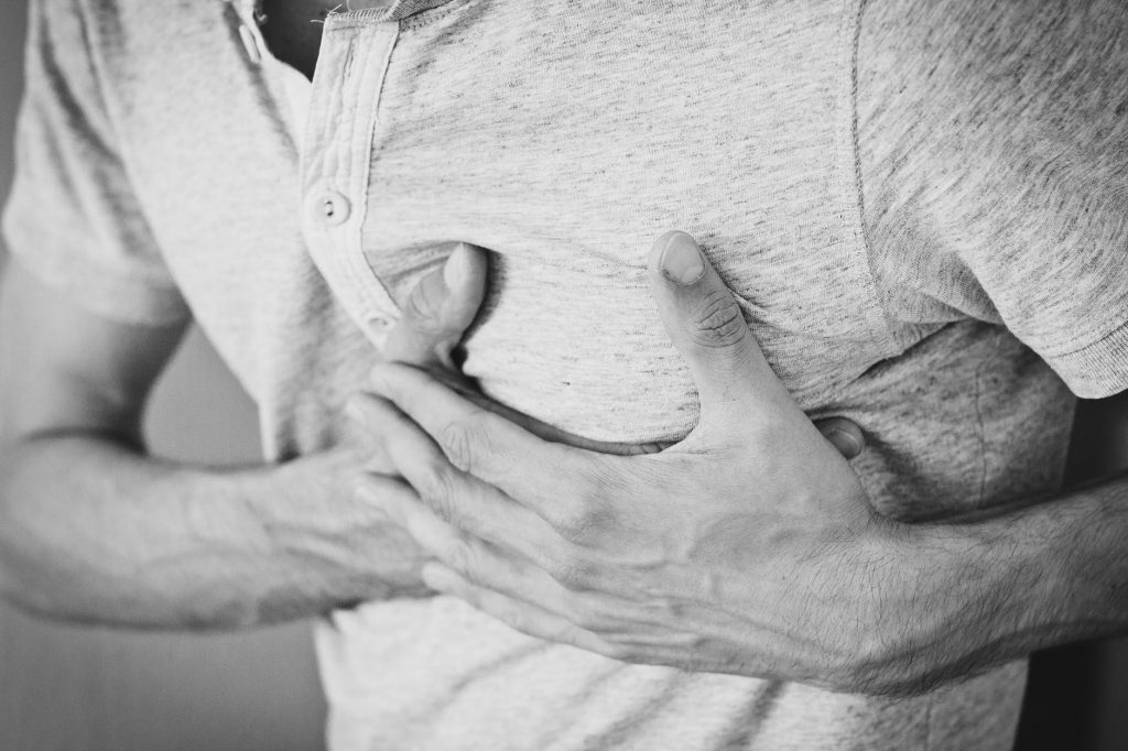 homem com dor no peito ataque cardíaco