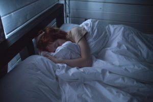 Mulher deitada na cama sonâmbula