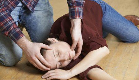 criança tendo convulsão